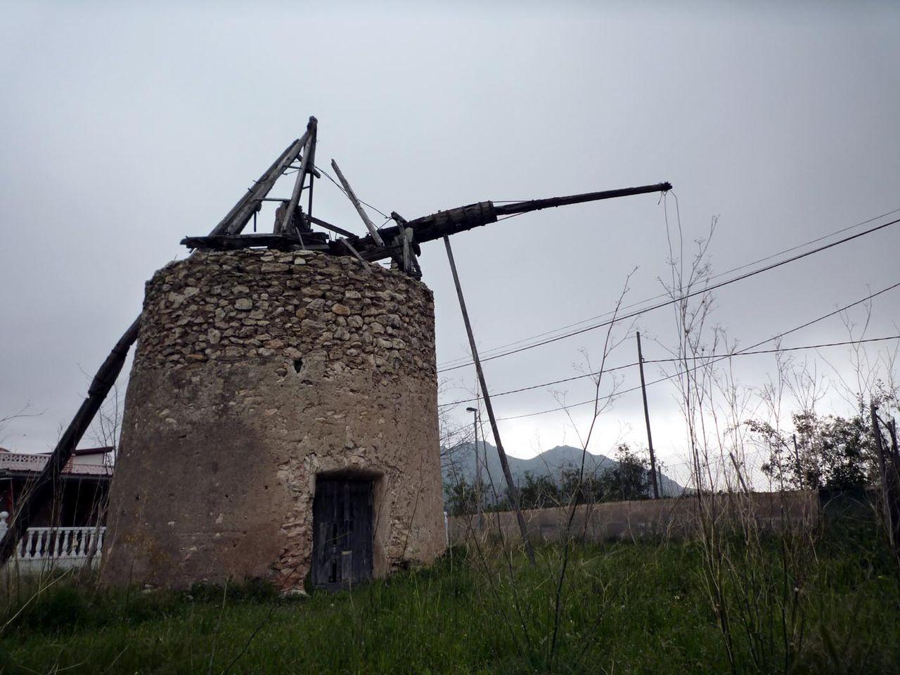 Molino de viento en ruinas en Galifa